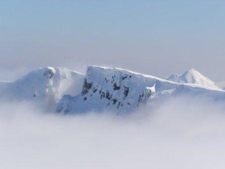 Preciosa nevada y cimas desde La Peña del Viento en León.